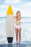 Очаровательная белокурая модель в купальнике держа surfboard Стоковое Фото