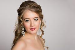 Очаровательная блондинка с чуть-чуть плечами стоковые фотографии rf