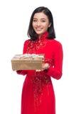 Очаровательная въетнамская женщина в красном holdin платья Ao Dai традиционном стоковые фотографии rf