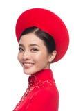 Очаровательная въетнамская невеста в красном платье Ao Dai традиционном с h стоковая фотография rf