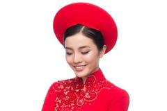 Очаровательная въетнамская невеста в красном платье Ao Dai традиционном с h стоковые изображения