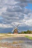 Очаровательная голландская ветрянка рекой в солнечном свете Стоковые Фото