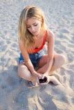 Очаровательная девушка битника беседуя на сотовом телефоне outdoors в летнем дне отдыхая после гулять Стоковые Фотографии RF