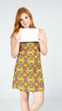 Очаровательная девушка рекламирует знамя Colo Redheaded девушки нося Стоковое фото RF