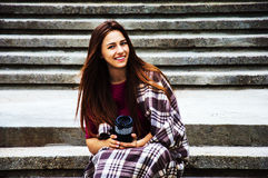 Очаровательная девушка сидит на лестницах обернутых в одеяле стоковые фотографии rf