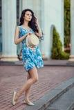 Очаровательная девушка стоя и держа шляпа в ее руках Стоковое фото RF