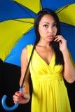 Очаровательная женщина в желтом платье с стильным зонтиком Стоковое Фото