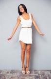 Очаровательная женщина в платье моды белом Стоковое Фото