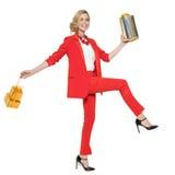 Очаровательная женщина держа подарки счастливое Новый Год Поженитесь Кристмас Стоковые Фотографии RF