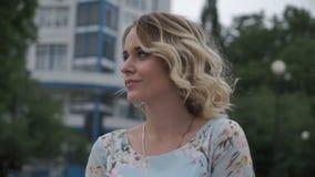 Очаровательная женщина представляя в парке видеоматериал