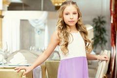 Очаровательная длинн-с волосами девушка представляя в ресторане Стоковое Фото