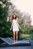 Очаровательная длинн-с волосами усмехаясь модель счастливой девушки брюнет привлекательная в белой прогулке платья рекой Стоковая Фотография RF
