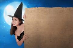 Очаровательная красивая азиатская женщина ведьмы держа пустое parchme доски Стоковое Изображение