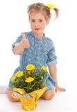 Очаровательная маленькая девочка держа букет цветка. Стоковое Изображение RF