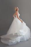 Очаровательная молодая невеста в роскошном платье свадьбы девушки белизна довольно Эмоции счастья, серой предпосылки Стоковые Фото