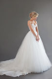 Очаровательная молодая невеста в роскошном платье свадьбы девушки белизна довольно Эмоции счастья, серой предпосылки Стоковое Фото