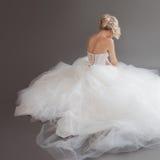Очаровательная молодая невеста в роскошном платье свадьбы девушки белизна довольно Серая предпосылка вакханические стоковое изображение rf