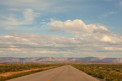 Очаровательная дорога пустыни к гранд-каньону, Аризоне, США Стоковые Фотографии RF
