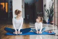 Очаровательная семья тратит время в спортзале Стоковые Изображения RF