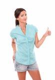 Очаровательное женское смотрящ вас с большим пальцем руки вверх Стоковые Изображения RF