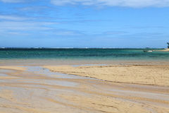 Очаровательное море с пляжем и потоком Стоковое Изображение RF