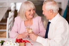 Очаровательное престарелое выпивая шампанское Стоковая Фотография RF