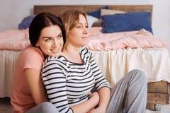 Очаровательные дамы тратя время дома Стоковые Изображения