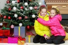 Очаровательные двойные девушки в блейзерах Стоковое Фото