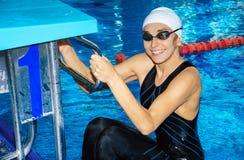 Очаровательные заплывы тренера в бассейне Стоковое фото RF