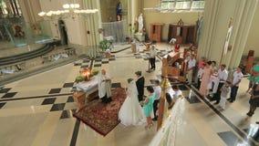 Очаровательные пары приближают к алтару во время свадебной церемонии в готической церков, съемке от балкона 31 08 2015, церковь S видеоматериал