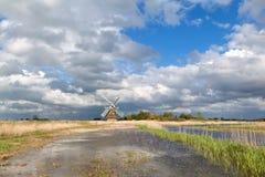 Очаровательные река бушеля ветрянки и небо cblue с облаками Стоковая Фотография RF