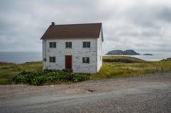 Очаровательный белый деревянный дом близко к месту тупика Elliston в Ньюфаундленде стоковые фотографии rf