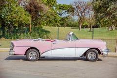 Очаровательный взгляд классического винтажного ретро автомобиля припарковал на дороге Стоковое Изображение