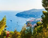 Очаровательный залив на d& x27 Коута; Azur в Villefranche-sur-Mer, Франции Стоковые Фото