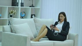 Очаровательный красивый непринужденный стиль бизнес-леди используя, беседовать, smartphone соединяться, social, вызывать и наблюд сток-видео