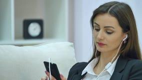Очаровательный красивый непринужденный стиль бизнес-леди используя, беседовать, smartphone соединяться, social, вызывать и наблюд акции видеоматериалы