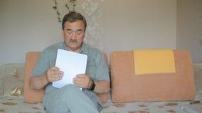 Очаровательный мужской пожилой гражданин подписывая правовой документ Человек читает документ тщательно и подписывает каждую стра видеоматериал