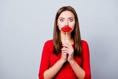 Очаровывающ, милая, удивленная дама брюнет желает иметь губу стоковые изображения