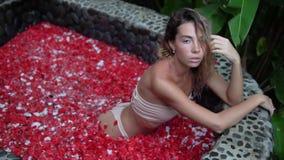 Очаровывая женщина брюнета представляя на камере во спа outdoors видеоматериал