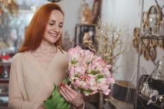 Очаровывая женщина наслаждаясь ходить по магазинам дома магазин оформления стоковые изображения