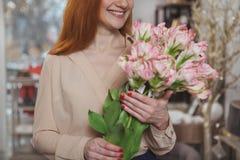 Очаровывая женщина наслаждаясь ходить по магазинам дома магазин оформления стоковые фотографии rf
