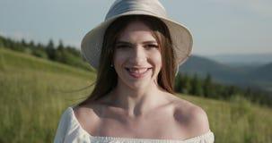 Очаровывая молодая женщина с великолепными волосами, большими глазами, шикарной губной помадой и стильным взглядом Привлекательна видеоматериал