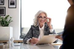 Очаровывая постаретый босс дамы выражает joyfulness Стоковое фото RF