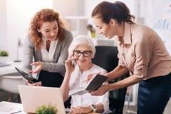 Очаровывая постаретый босс работая в офисе стоковое фото rf