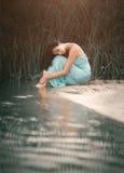 Очаровывая, романтичная девушка спать и мечты близко стоковые изображения rf