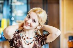 Очаровывая смеясь над девушка работая на офисе Стоковые Фотографии RF