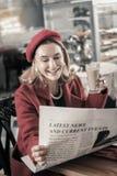 Очаровывая старшая дама тратя перерыв с удовольствием стоковые фотографии rf