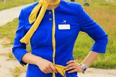 Очаровывая stewardess одетый в форме вне ожидания ее полета стоковая фотография rf