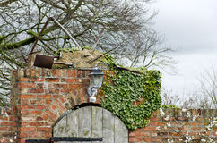 Очаруйте стену деревянной двери и красных кирпичей к месту фермы в Yorks Стоковая Фотография RF