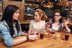 3 очень активных друз обсуждая новости Стоковая Фотография